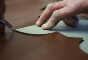 """1. Ciocnirea - Decuparea  Acesta este numele dat decupării secțiunilor de piele ale părții superioare a pantofului. Numele de """"ciocnire"""" este derivat din zgomotul produs de lama cuțitului când se lovește de piele, atunci când procesul este manual."""