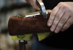 """3.Stabilizarea  Partea superioară a pantofului este trasă peste """"temelie""""  și atașată de talpa interioară pe toate laturile. Înainte de acest pas partea superioară de piele este """"hidratată"""" într-o cameră specială pentru a conferi posibilitatea de adaptare pe forma """"temeliei""""."""