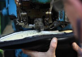 """4.Coaserea ramei  Această """"ramă"""" este o fâșie de piele care este cusută de partea superioară,  de talpa interioară și exterioară. Deoarece pantofii construiți pe """"ramă"""" sunt cusuți și nu lipiți, meșterii pantofari îi pot dezasambla și repara."""